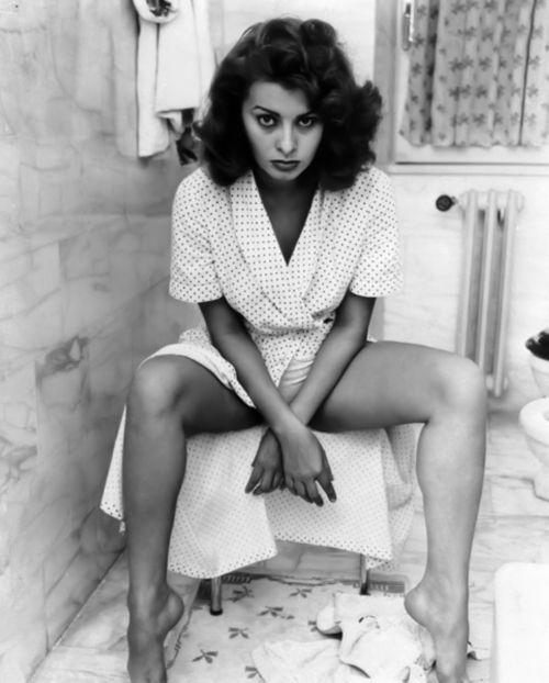 Väggar och golv i klassiska cararramarmorn med ung Sophia Loren.