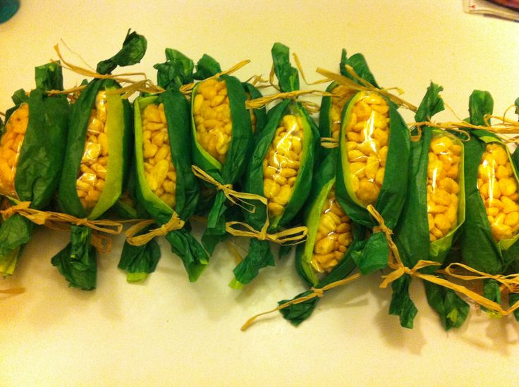 Thanksgiving corn on the cob. Corn pops, snack baggies, green tissue paper, and raffia does the trick!!