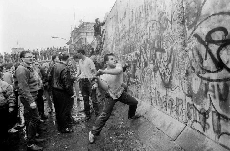 Fall of the Berlin Wall 9 November 1989. [1240 x 820]