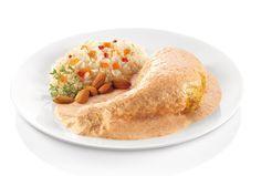 POLLO ALMENDRADO Ingredientes: 1/2 tza. de almendras 2 clavos de olor 1 raja de canela 1 tortilla 8 jitomates asados 1 diente de ajo 1/3 de cebolla 1 tza. de consomé de pollo 6 pzas. de pollo Preparación: FREÍR las almendras, los clavos, canela y una tortilla. LICUAR el jitomate, el ajo, la cebolla, consome de pollo. COLAR y licuar nuevamente con la mezcla anterior de almendras y especias. VERTER en una olla y cocinar por 10 min AGREGAR las pzas. de pollo y COCNAR 3 min más.