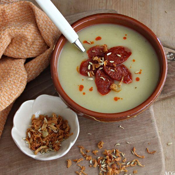 Potet- og fennikelsuppe med ekstra fennikelfrø, stekt chorizopølse og sprøstekt løk gir denne klassikeren et ekstra kick. God og mettende suppe til middag