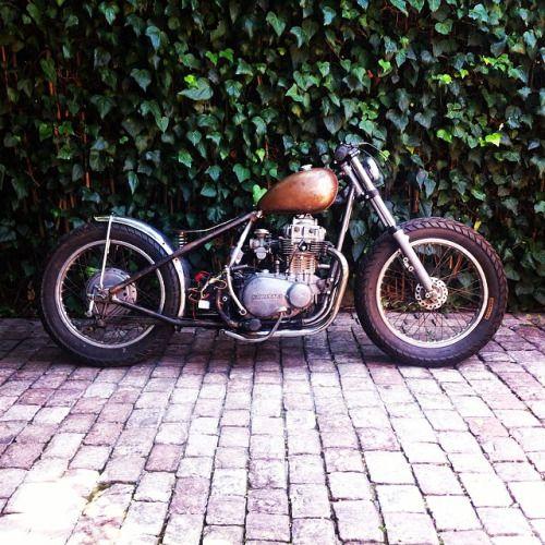 Kawasaki KZ400 Bobber Via Motomood