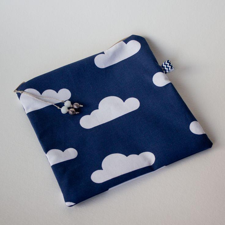 Kwadratowa saszetka bawełniana z podszewką w drobne groszki na beżowym tle. 19 x 19 cm. Od Urocze Dodatki.