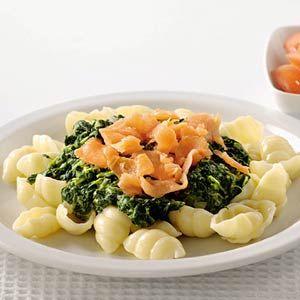 Recept - Pasta met spinaziesaus en gerookte zalm - Allerhande