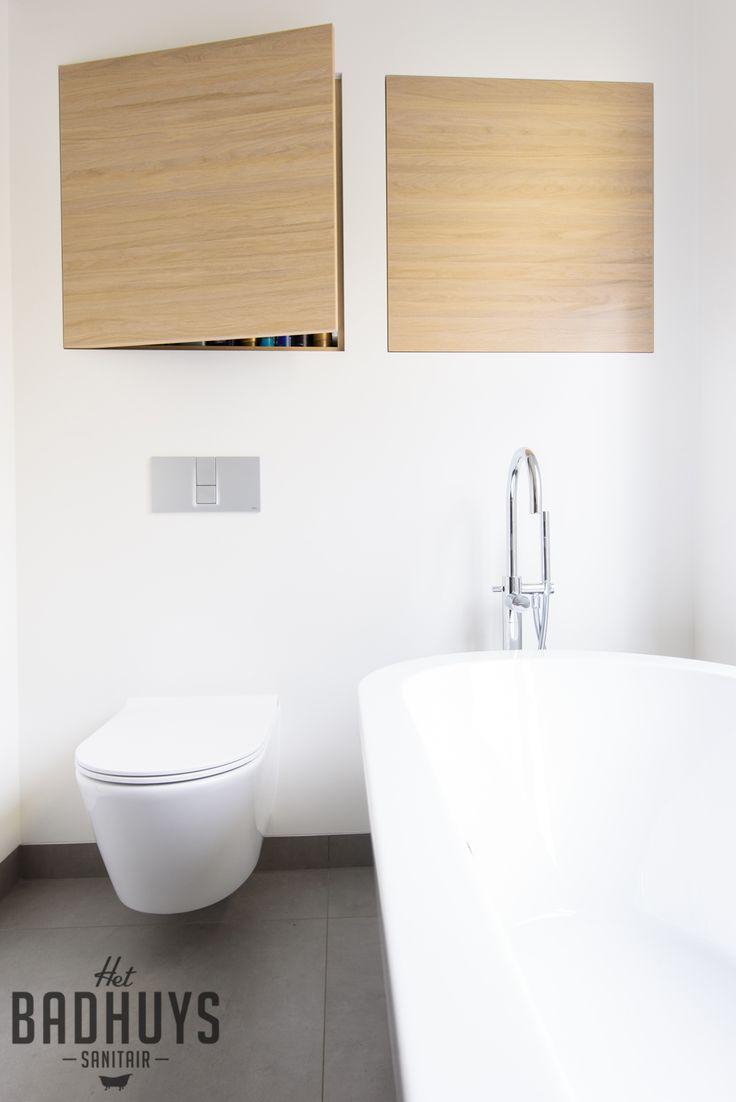 Luxe badkamer met ligbad en maatwerk kasten | Het Badhuys