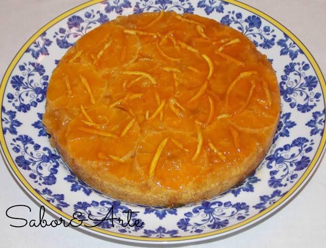 Bolo de Laranja  Ingredientes: 3 laranjas 180 gr. de açúcar amarelo 3 ovos 100 gr. de farinha 3 c. de (sopa) de leite morno 70 gr. de amêndoa moídas 1 c. de (chá) de fermento manteiga e açúcar amarelo q.b. Para o molho: 2 c. de (sopa) de compota de laranja (não tinha utilizei compota de pêssego) 1 c. de (sopa) de laminada de casca de laranja  1 c. de (sopa) de mel 2 c. de (sopa) de sumo de laranja Preparação: Pré-aquecer o forno 200º. Pincele a forma com manteiga derretida e polvilhe…