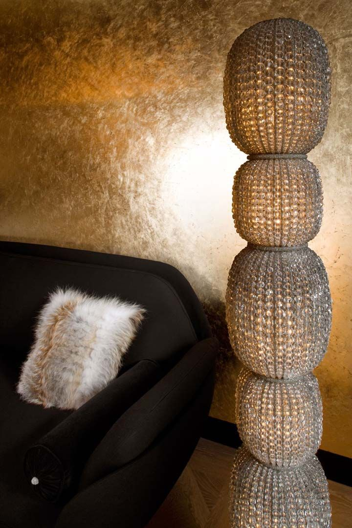 gold guilded, golden wall, Favn sofa,  crystal lamp, mur doree, lampe en cristal, złoto we do design.pl Paris St Honore