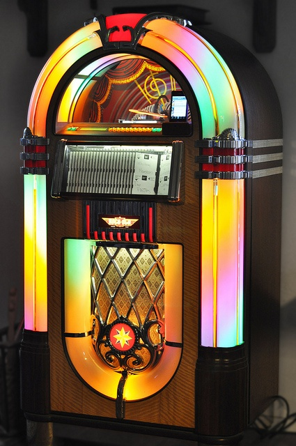 iPhone / CD Jukebox - I'd love something like this for the den.