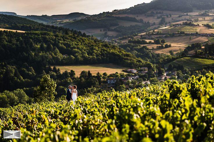 Splendide photo des mariés au coeur des vignes du Domaine de Vavril - sublime vue sur la vallée