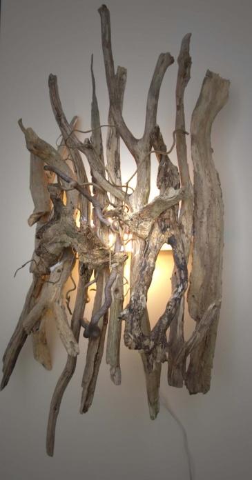 Wandlamp van drijfhout. Zou heel goed in mijn woonkamer passen!