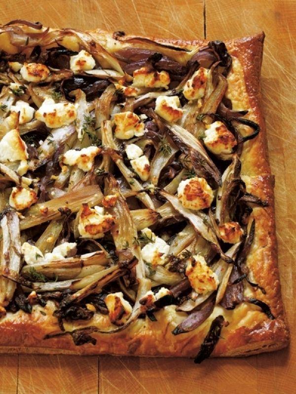 Bladerdeegtaart met witlof, geitenkaas of feta en rode ui
