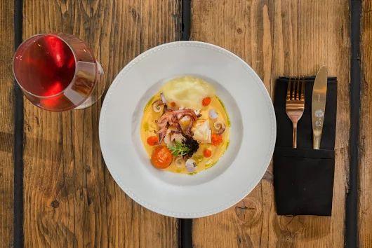 #GreekCuisine with a Modern Twist at #ElakatiKitchenBar !  Καλαμάρι Σωτέ με φάβα, νυχάκι, ντομάτα κονφί και κουλί καρότου, αφρό ελαιόλαδου και φύκι πέυκη!  Sautéed Squid with fava, sea snails, tomato confit and carrot coulis, olive oil foam and pine seaweed!  #gastronomia #creativecuisine #elakatales #greekgastronomia   Για κρατήσεις: 2241070688 #Rhodes!  Με την υπογραφή του executive #Chef Kimon Ligdas και την ομάδα του!  Photo by: V.Hatzikelis Promotional Photography