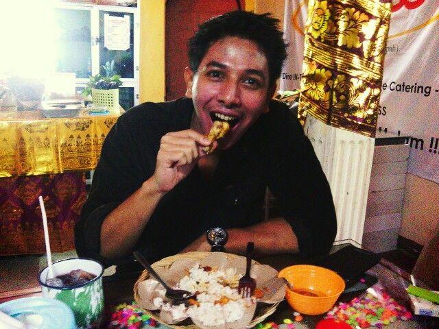 Sonny Septian (actor, singer, model) enjoy his dinner di Warung Nasi PEDESSS Tuturipah, Jl. Arteri Pd. Indah Komplek Kodam P17 (samping BRI) Jakarta Selatan