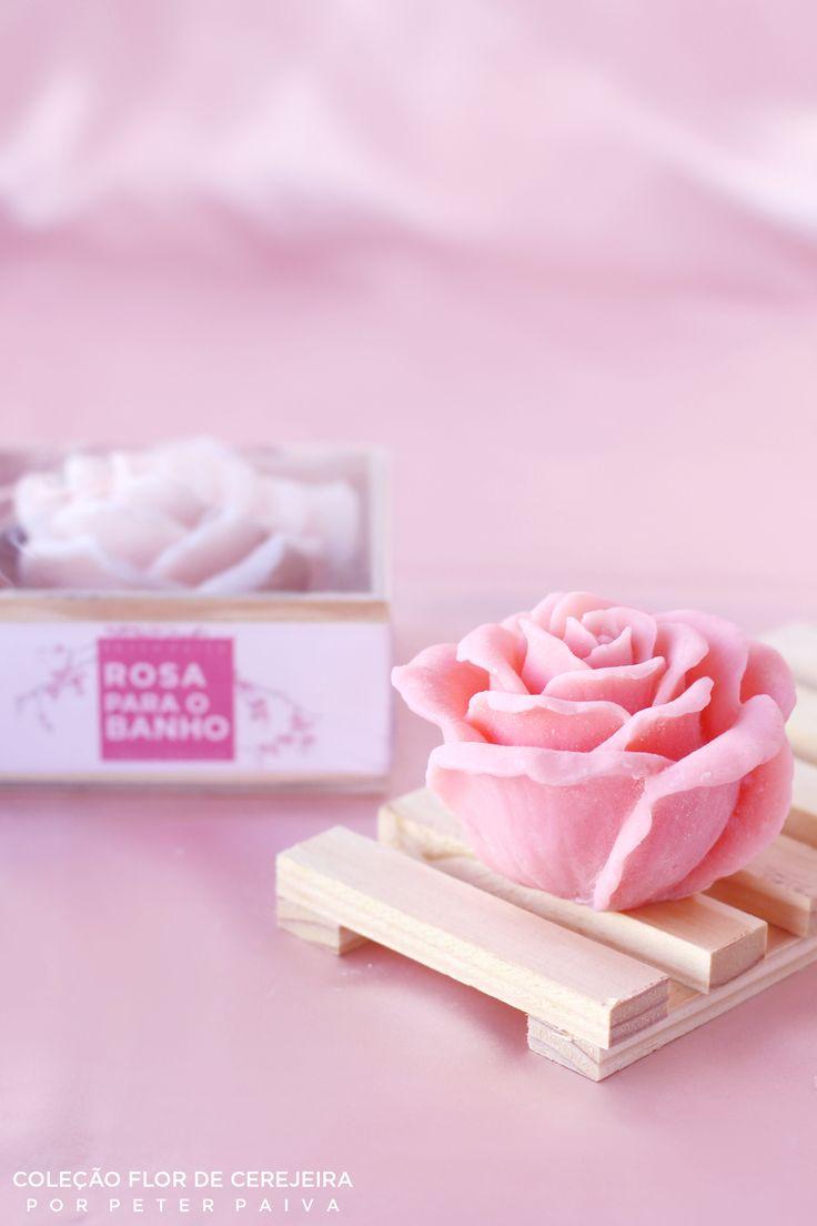 Rosa de Marrocos da linha Flor de Cerejeira. Possui essência de Bulhões Flower, Flor de Cerejeira e Ambience. Com extrato de Gérmen de Trigo e manteiga de Karité