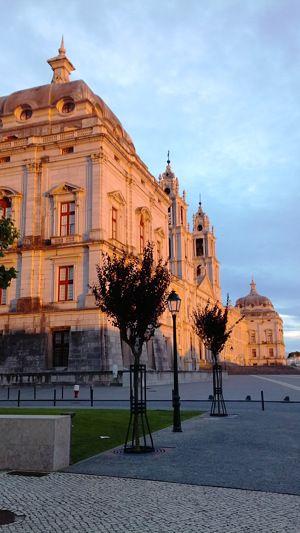 In Mafra staat een indrukwekkend gebouw (4 ha): een Paleis, een Basiliek en Klooster. Wie op het plein staat, ziet een voorgevel van 232 meter lang. Wat kun je hier verwachten? Een 18e-eeuwse ziekenboeg, 6 historische orgels, bibliotheek met vleermuizen en 2 carillons met 98 klokken. #Mafra #Paleis