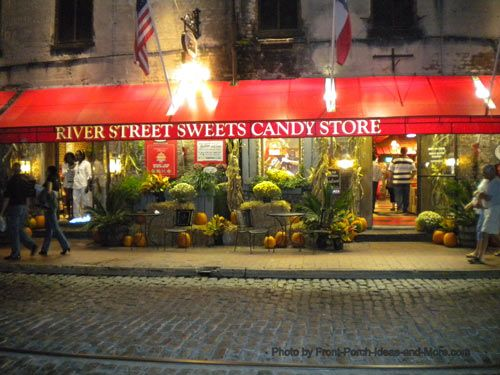 River Street Sweets, #Savannah. Don't forget to get your free sample (just a bite) when you walk in!