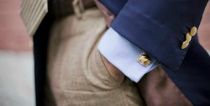 Find out how to wear the buttons, what kinds of buttons exist, and when it is appropriate to wear each one, or those who want to make a gift to choose a pair of matching cufflinks as a gift. http://americanidol-blog.com/how-to-wear-cufflinks/