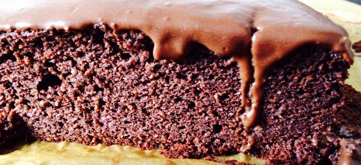 Chokoladekage uden raffineret sukker og hvedemel, men perfekt konsistens. Ingredienserne er alle blendet sammen i en foodprocessor og bagt i springform (24 cm) i ca. 45 min. - 20 dadler, 2 modne bananer, 6 æg, 8 spsk olivenolie, 1 dl frisk appelsinjuice, 2 tsk vanilijepulver, 70 gram ren og mørk kakaopulver, 2 tsk bagepulver, 160 gram mandelmel (ej fedtreduceret)✌️Glasuren bestod af letmælk, lidt flormelis og 70% mørk chokolade Kagen kan også toppes med skyr og bær etc.
