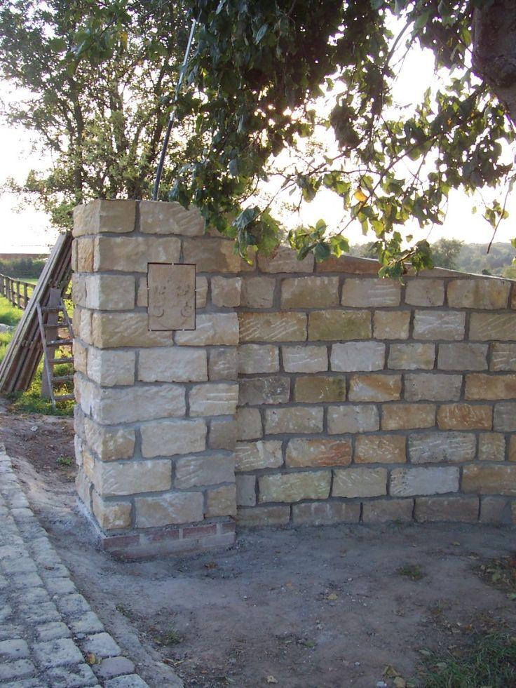 Gartenmauern, je nach Bauweise und Region hergestellt aus Muschelkalk, Sandstein, Granit oder Grauwacke. Als Trockenmauer oder vermörtelt als Mauerwerk.
