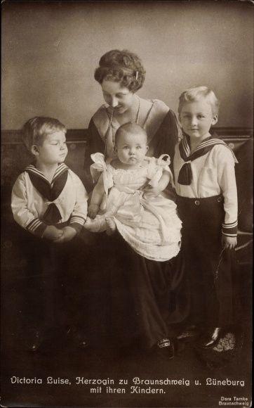 Princesse Victoria-Louise de Prusse (1892-1980) duchesse de Hanovre et ses 3 premiers enfants : Ernst-August (1914-1987) Georges-Guillaume (1915-2006) et Frédéricka (1917-1981)