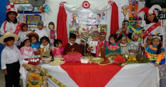 Niños con trajes de diferentes partes del Peru