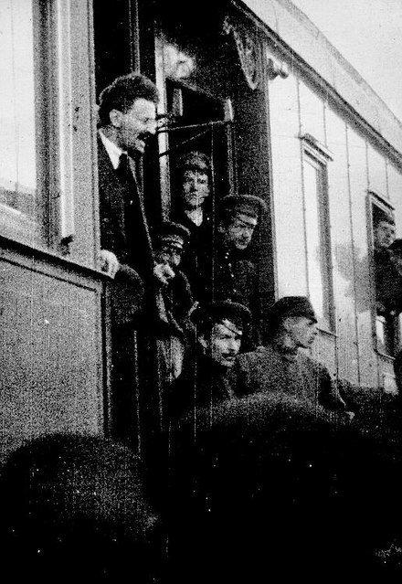 Llegada a Petrogrado en mayo de 1917. Cada vez más cercano al partido bolchevique, ingresó en él formalmente durante el verano.