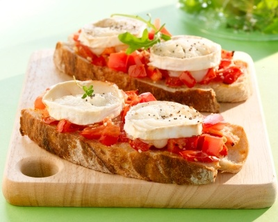 Tartines chèvre et tomates (facile, rapide) - Une recette CuisineAZ