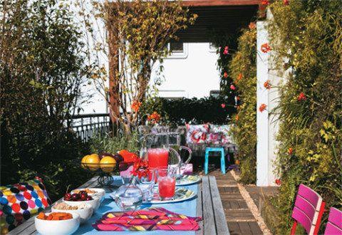 Com um sistema automático de irrigação, este jardim está sempre viçoso. Usada como canto de leitura, a pérgula protege o sofá (Casual Exteriores) com almofadas de Marcela Pepe. Na mesa, itens da Tok & Stok e cadeiras Básica, de Fernando Jaeger.