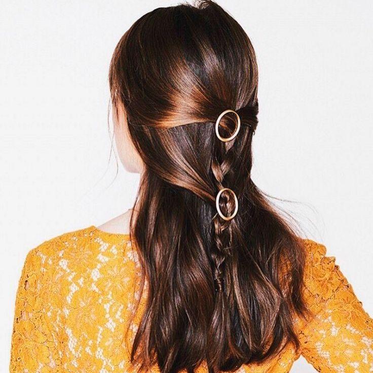 Esta trenza hecha con la parte superior del pelo vuelve a recoger cabos hacia la mitad del recogido.