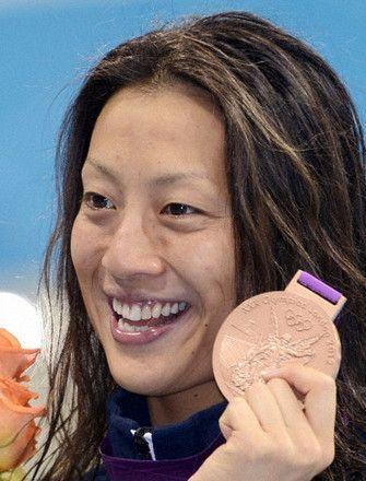 女子100メートル背泳ぎで銅メダルを獲得した寺川綾=水泳センター(共同)