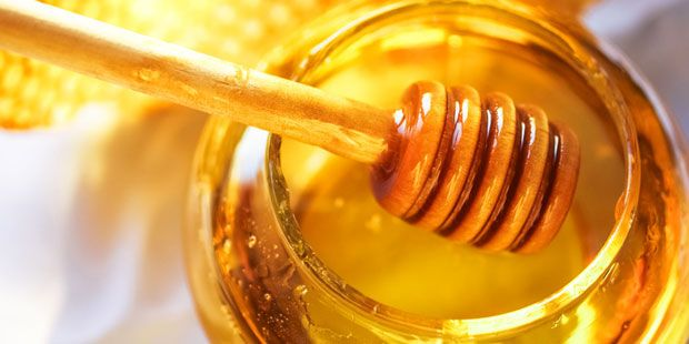 Manuka-Honig ist ein Naturprodukt aus Neuseeland und ein Medizin-Multitalent. Praxisvita erklärt, wie der Honig Keime bekämpft und gegen Beschwerden hilft.