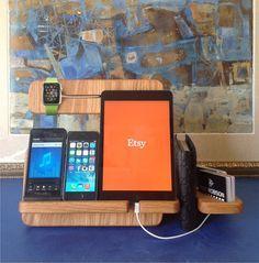 He encontrado este interesante anuncio de Etsy en https://www.etsy.com/es/listing/211965583/apple-watch-stand-docking-station