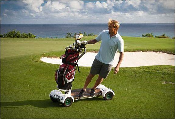 CARRINHO DE GOLFE - GOLFBOARD  GolfBoard é o mais recente e mais legal meio de transporte para o campo de golfe. GolfBoard adiciona um pouco de emoção ao clássico jogo de golfe, além de que elimina a atividade sedentária de se sentar no carrinho.