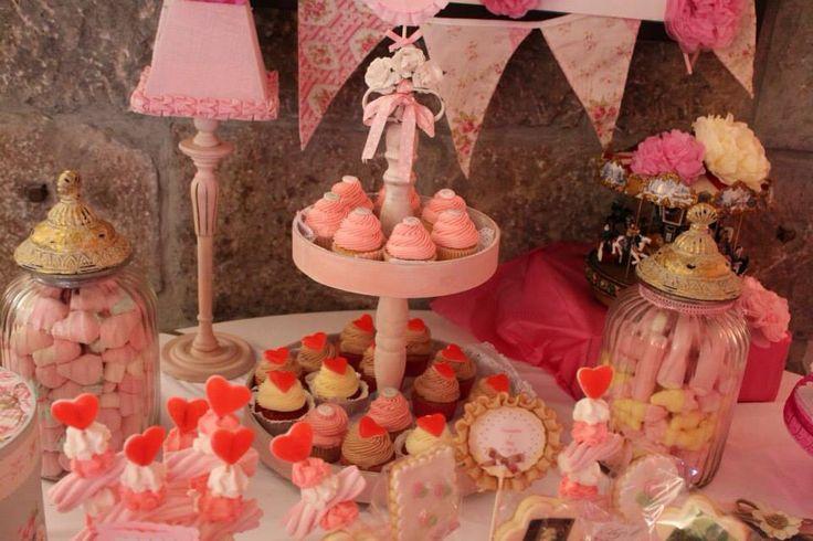 Cupcakes y más detalles de la mesa de A & M