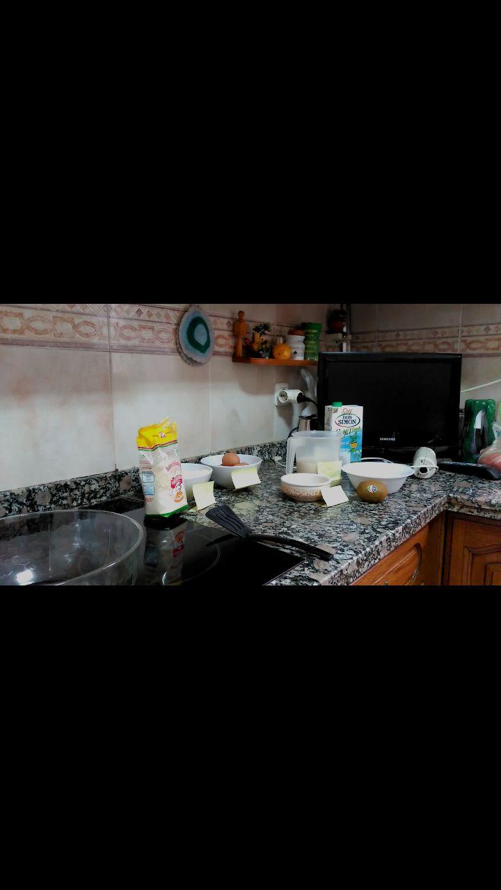 250g de harina de garbanzo 1/2 litro de leche de soja una gota de aceite  5 huevos  kiwi  Platano