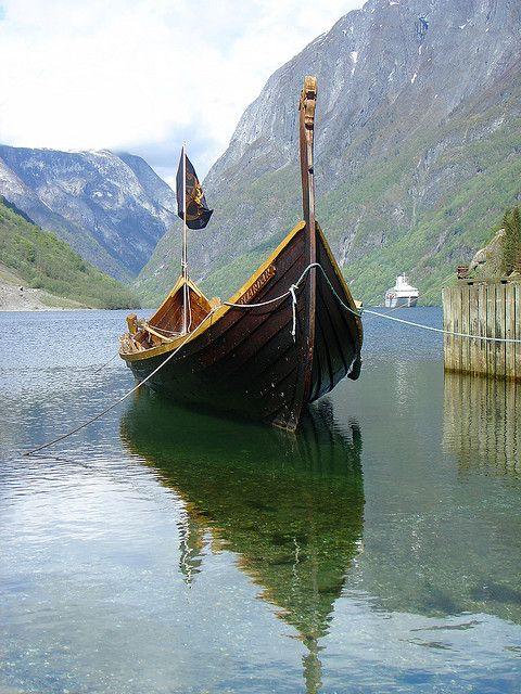 Viking schip in Naeroyfjord, Noorwegen
