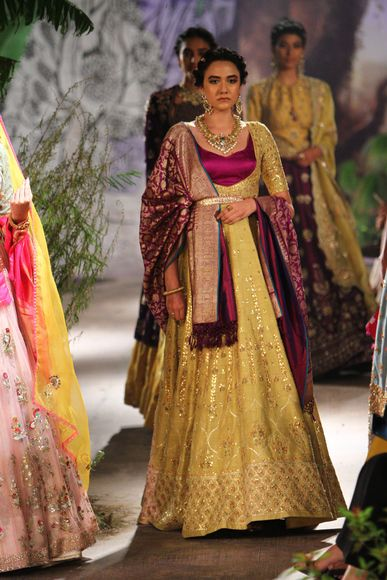 This is part of a series of posts on Top Picks for Brides from India Couture Week 2017 – see the rest of the posts here.Designer Anju Modi well-known for creating majestic costumes for movies such as Goliyon Ki Rasleela Ram-Leela and Bajirao Mastani presented her newest collection named, 'Sunehri Kothi' at India Couture Week 2017.The collection takes it inspiration from striking paintings of the Kishangarh School of Art and aims to reawaken the imperial culture of India. The couture l...