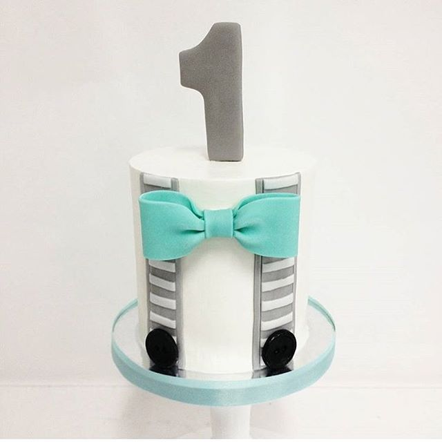 Sweet little man smash cake by @kyongs_cakesncrafts & @hello_cakesy