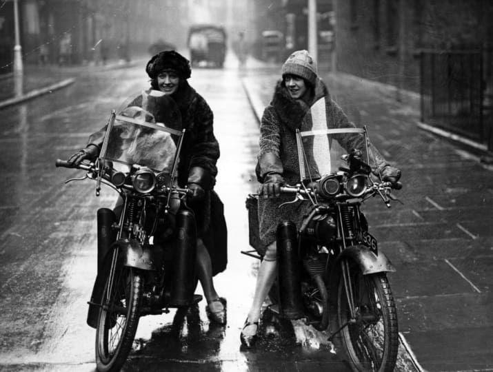 Nancy et Betty Debenham, motocyclistes bien connus, conduisant des vélos BSA avec leur chien, 1925.