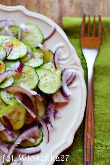 Zdjęcie - Lekko miodowa sałatka z ogórków i czerwonej  cebuli - Przepisy kulinarne ze zdjęciami