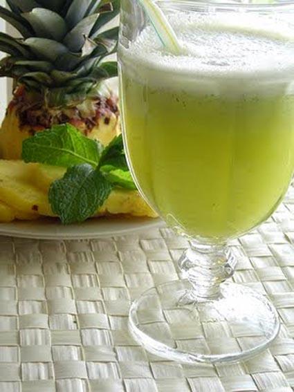 Pineapple and mint juice / Suco de abacaxi com hortelã