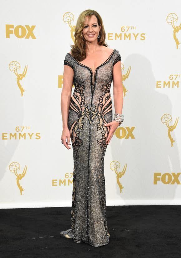 31b9920048f Emmy-Gewinnerin Allison Janney kam zu der Preisverleihung im Jahr 2015 in  einem raffinierten Kleid