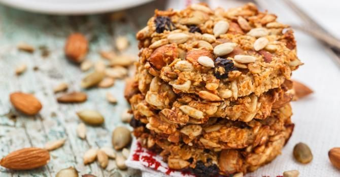 Recette de Cookies aux fruits secs et flocons d'avoine à moins de 100 calories. Facile et rapide à réaliser, goûteuse et diététique.