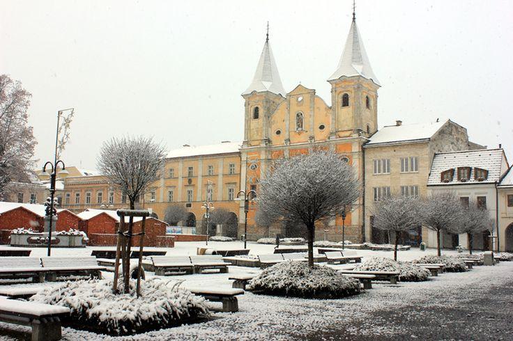 Żylina w zimowej odsłonie, malownicza wioska Čičmany, mały drewniany cud oraz relaks w basenach termalnych - odkryj z nami wszystkie uroki Słowacji.