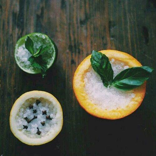 → limão, sal e manjericão ▶ para limpeza, proteção e suavizar o ambiente → casca de maracujá, sal e cravos ▶ para limpeza, proteção e acal...