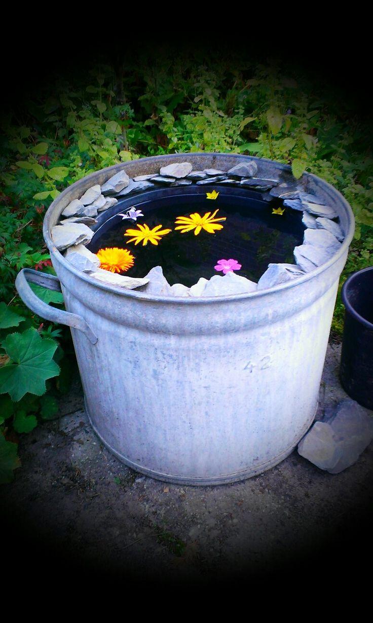 Mini vijver met drijvende bloemen.