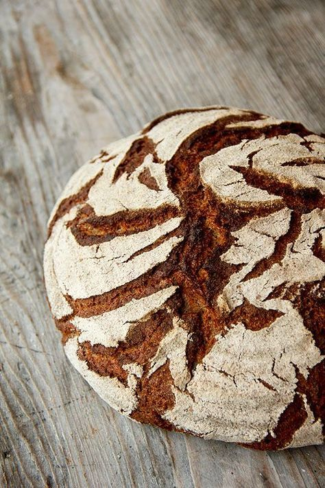 Ein Roggenmischbrot, das dank Buttermilch und Dinkel einen ganz anderen Charakter bekommt als seine herkömmlichen Verwandten. Wer mag, gibt noch grobes Brotgewürz in den Gärkorb oder gemahlenes Gewürz in den Teig. Der Teig eignet sich sehr gut, um ihn von Hand zu mischen. Eine Knetmaschine ist nicht nötig. Die Sauerteigzutaten vermischen und 12-16 Stunden bei 20-22°C reifen Weiterlesen...