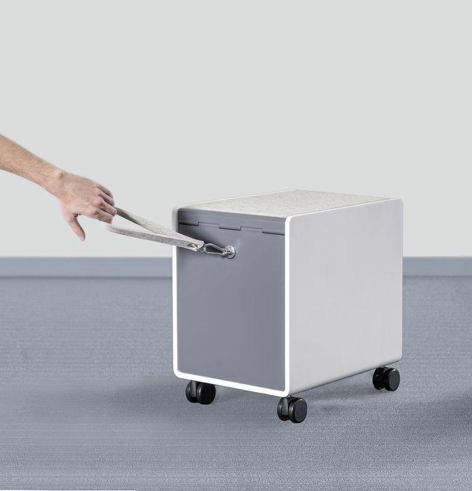 Новинка 2016 года! TROLLEY C - мобильный компаньон для хранения личных вещей. Неповторимый дизайн! Компактная, симпатичная тумба-тележка с тяговым ремешком обеспечивает хранение личных вещей в офисе. Преимущества: сочетание материалов высокого качества минерально-акриловой плиты, войлока, листовой стали.  TROLLEY C можно использовать как в офисе, так и дома, а также как место для сидения.