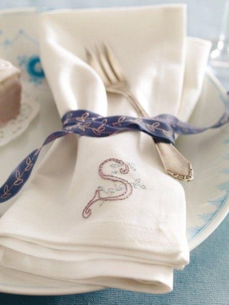 Charmant: Servietten mit Monogramm lassen sich mit etwas Geschick selber machen. Ihr individuelles Tuch dürfen sich Ihre Gäste nach dem Frühstück mitnehmen.