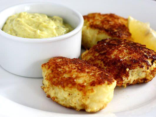 Hjemmelavede fiskefrikadeller er både sundt og nemt. Her bruges der torsk, men andre slags fisk kan sagtens bruges. Spis dem med hjemmelavet remoulade.